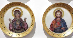 Pareja-platos-Ken-y-Barbie-iconos-bizantinos-fondo-blanco