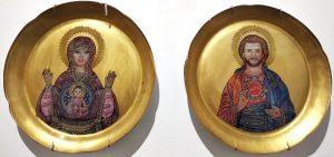 Pareja-platos-Ken-y-Barbie-iconos-bizantinos-fondo-dorado